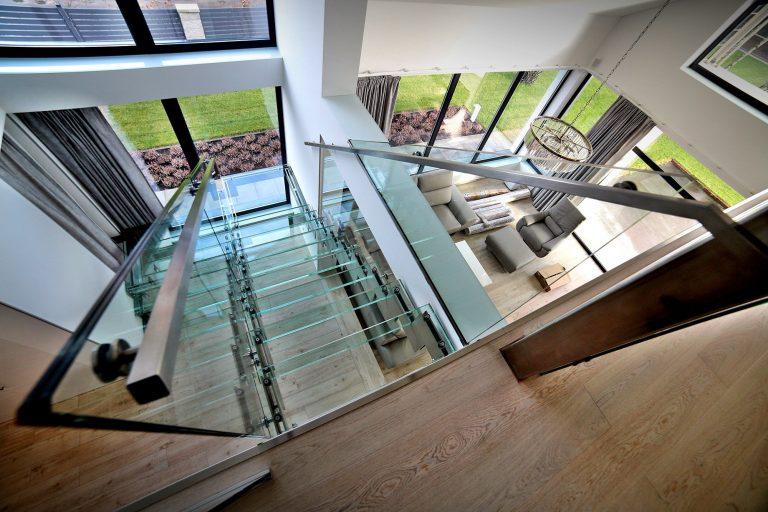 Szklane klatki schodowe są popularne nie bez powodu